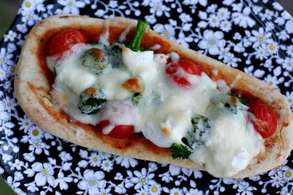 broccoli and tomato pizza